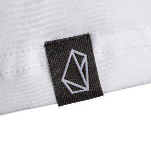 Mouwdetail ijvr T-shirt: subtiel zwart geweven labeltje met een wit symbool; de ijvr-rock.