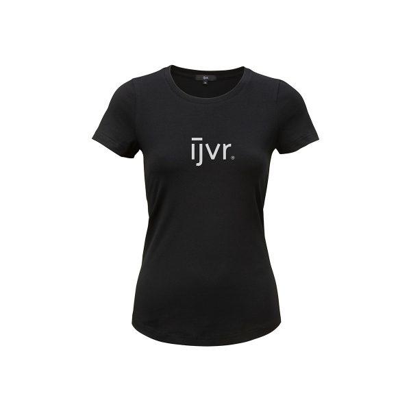 Mooi, basic zwart damesshirt van het merk ijvr, model Graphic Girl. Op de voorkant staat een middelgroot merklogo.