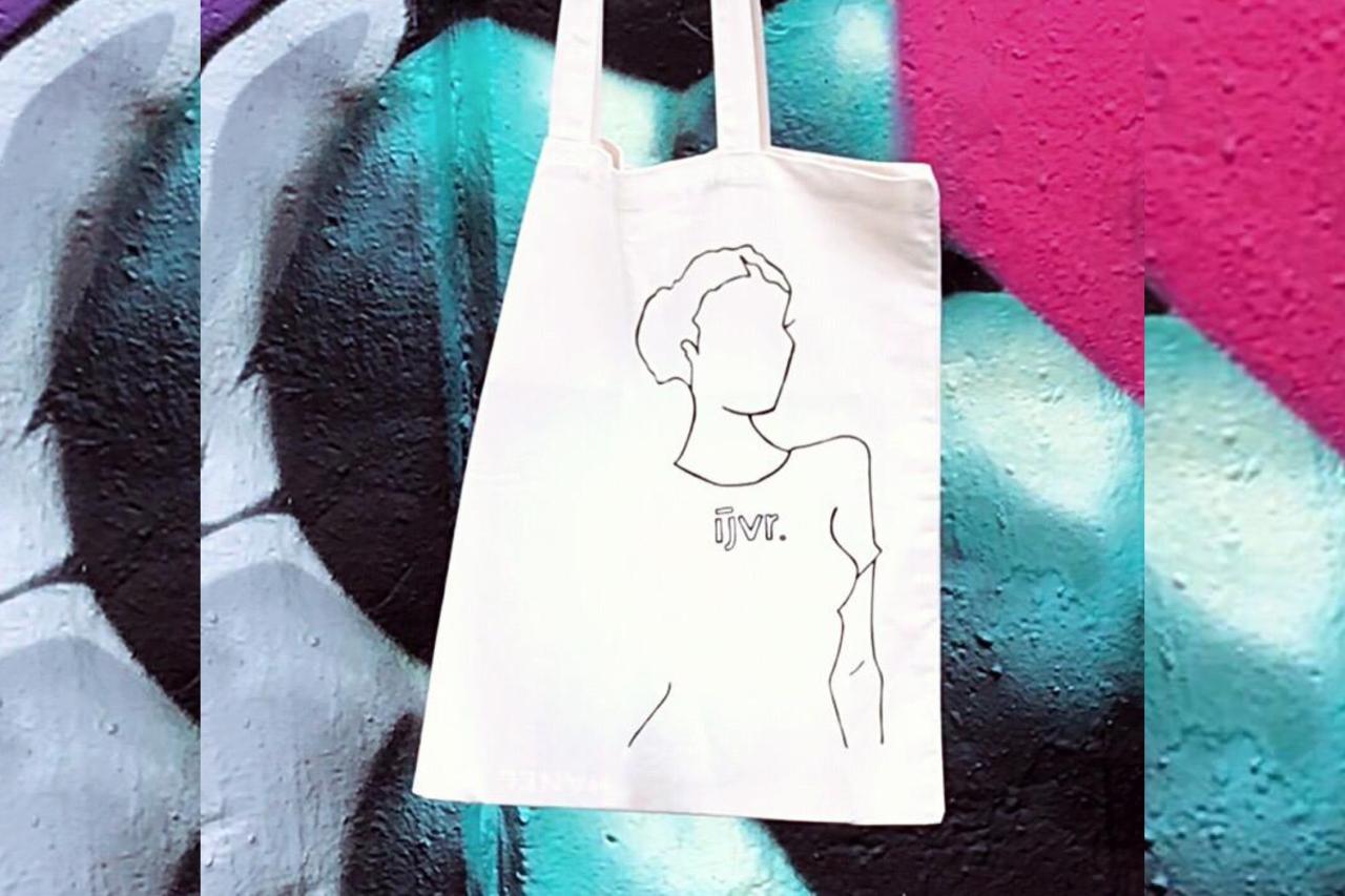De limited edition Fashion Totebag van ijvr met op de achtergrond streetart in felle kleuren.