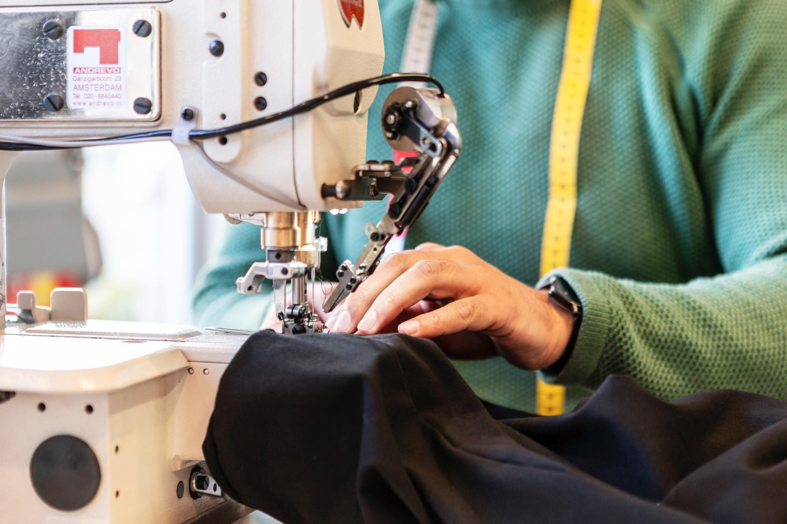 Detailfoto van een t-shirt onder de naaimachine. De shirts van ijvr worden in Breda gemaakt. Ze komen duurzaam tot stand en worden aangeboden in een grote diversiteit aan maten.