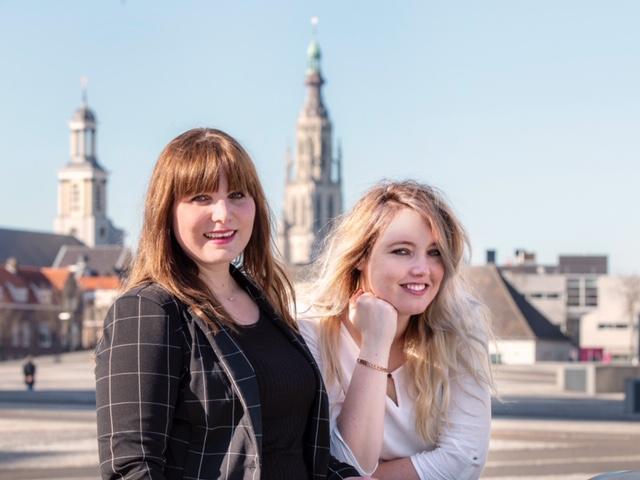Portret van Chantal en Priscilla van Gastel, de oprichters van ijvr, met de Grote Kerk van Breda op de achtergrond.